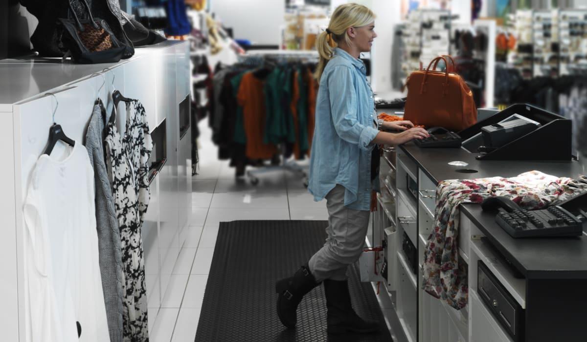 Arbetsplatsmatta Yoga Deck Zedlan i en av Gina Tricots butiker.